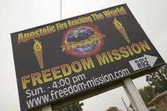 La señal de tráfico apostólica del fuego promueve creencias cristianas de la derecha en la ruta 44 en Crawford County, Missouri Foto de archivo libre de regalías