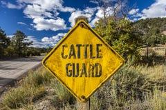 La señal de tráfico de Guard del ganado fuera de Ridgway, Colorado advierte a la gente de la gama abierta que pasta el 1 de octub Imagen de archivo
