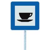 La señal de tráfico del restaurante en los posts del polo, señalización del borde de la carretera del tráfico, azul aisló la taza Fotografía de archivo