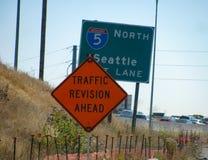 La señal de tráfico divertida sugiere el alivio próximo para los conductores de la hora punta foto de archivo