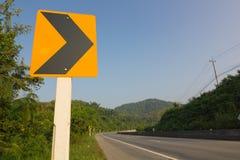 La señal de tráfico en el camino Fotografía de archivo
