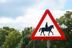 La señal de tráfico informa la presencia de jinetes del caballo Imagen de archivo