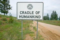La señal de tráfico lee la cuna de la humanidad, un sitio del patrimonio mundial en Gauteng Province, Suráfrica imágenes de archivo libres de regalías