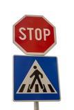 La señal de tráfico para el paso de peatones y la parada firman Fotos de archivo libres de regalías