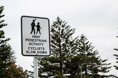 La señal de tráfico para los altos ciclistas peatonales de la actividad retrasa fotografía de archivo