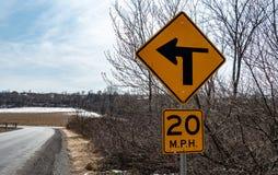 La señal de tráfico de Pennsylvania que indica el camino está entrando en una curva de la mano izquierda fotos de archivo