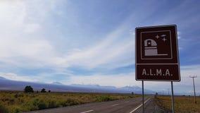 La señal de tráfico que indica la entrada principal al Atacama Large Millimeter Array ALMA, desierto de Atacama, Chile fotos de archivo libres de regalías
