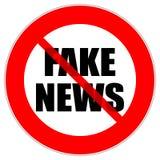 La señal de tráfico roja del círculo con noticias falsas manda un SMS fotos de archivo