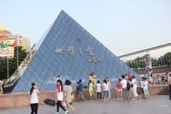 La señal en Windows del cuadrado del mundo en NANSHAN SHENZHEN CHINA AISA Imágenes de archivo libres de regalías