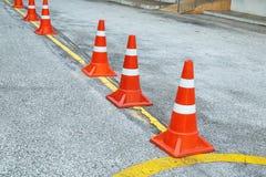 La señalización plástica de los conos del tráfico a incluye en el área del aparcamiento foto de archivo libre de regalías