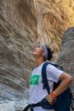 La señora admira a Samaria Gorge Imagen de archivo libre de regalías