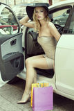 La señora atractiva rubia sale del coche Fotos de archivo