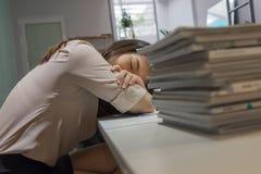 La señora cansada de la oficina toma una siesta en tiempo de la rotura imagen de archivo