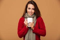 La señora caucásica feliz se vistió en suéter que bebía té caliente Fotos de archivo libres de regalías