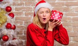 La señora celebra la Navidad Concepto de las vacaciones de invierno Excitado sobre presente Vestido de la muchacha cerca del árbo imágenes de archivo libres de regalías