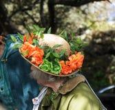 La señora con la flor adornó el sombrero Imágenes de archivo libres de regalías