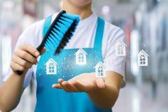 La señora de la limpieza muestra la red de servicio fotos de archivo libres de regalías
