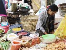 La señora de Myanmar utiliza smartphone Imagen de archivo