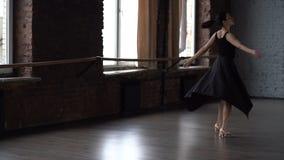 La señora de la tolerancia en vestido negro hace el torneado en estudio de la danza almacen de metraje de vídeo