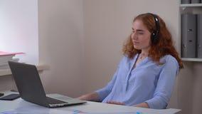 La señora del retrato escucha lista de temas preferida almacen de metraje de vídeo