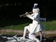 La señora en el canto blanco en la trompeta metrajes