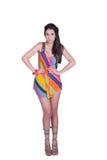 La señora en mirada diaria, lleva el mini vestido colorido Fotos de archivo