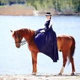 La señora en paseo del montar a caballo fotos de archivo