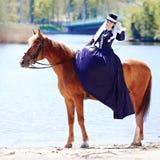 La señora en paseo del montar a caballo imagenes de archivo