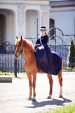 La señora en paseo del montar a caballo foto de archivo