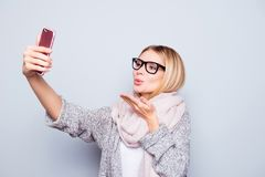 La señora encantadora hermosa en las gafas vestidas en equipo caliente es Fotos de archivo libres de regalías