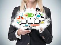 La señora está sosteniendo una nube con el organigrama de la estrategia empresarial Iconos coloridos del asunto Imagen de archivo