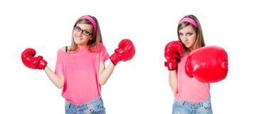 La señora joven con los guantes de boxeo en blanco imagenes de archivo