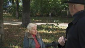 La señora mayor está enojada con su marido en el parque metrajes