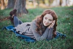 La señora morena sensual con los labios del rosa del abadejo y las mejillas blancas que llevan el suéter acogedor casual con la p Fotografía de archivo libre de regalías