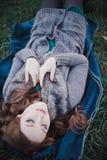La señora morena sensual con los labios del rosa del abadejo y las mejillas blancas que llevan el suéter acogedor casual con la p Fotos de archivo