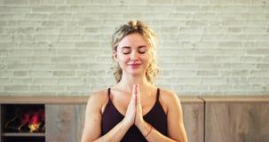 La señora muy entusiasta comenzó una meditación de la yoga delante de la cámara ella sensación relajada y feliz mientras que hací almacen de video