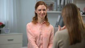 La señora que le dice es linda al amigo que le firma también, diálogo en lenguaje de signos almacen de video