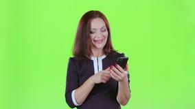La señora regañó el teléfono con su novio Pantalla verde almacen de metraje de vídeo