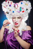 La señora se enfocó con los accesorios para la costura en su peluca Fotografía de archivo