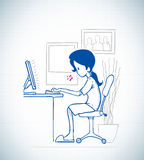 La señora se sienta delante del ordenador Fotografía de archivo libre de regalías