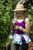La señora trabaja en jardín Fotos de archivo libres de regalías