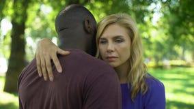 La señora trastornada abraza problema afroamericano del novio, del racismo y de la discriminación almacen de video