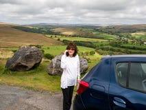 La señora trenzada en montañas con el coche analiza Fotos de archivo libres de regalías