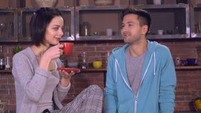 La señora y el varón tienen la conversación y risa en plano metrajes