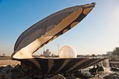 La señal de la perla en el corniche de Doha Imágenes de archivo libres de regalías