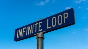 La señal de tráfico en Apple establece jefatura en el bucle infinito en Cupertino Fotografía de archivo