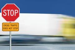 La señal de tráfico roja de la parada, movimiento empañó tráfico de vehículos del camión en el fondo, octágono amonestador regula Fotos de archivo libres de regalías