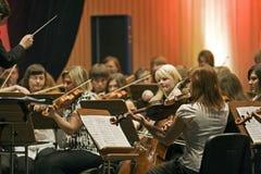 La sección encadena a la orquesta sinfónica foto de archivo