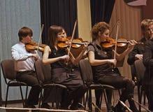 La sección encadena a la orquesta sinfónica Imagen de archivo