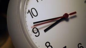 La seconda mano attaccata dell'orologio ticchetta ripetutamente stock footage